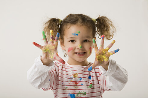 Girl (2-3) with paint on hands - LDF00695