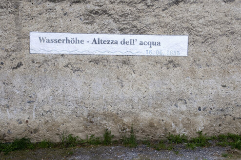 Italy, South Tyrol, Water level sign on house front, close-up - AWD00412