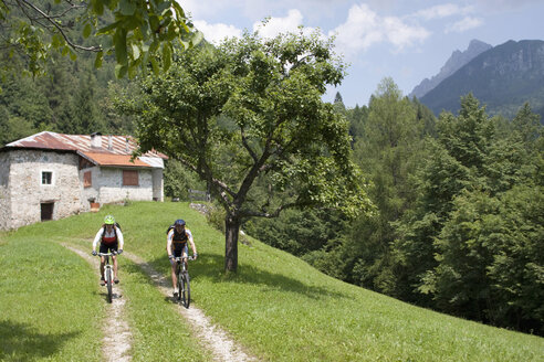 Italy, Dolomites, Couple mountainbiking - FFF01091