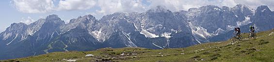 Italy, Dolomites, Couple mountainbiking - FFF01088