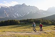 Italy, Dolomites, Couple mountainbiking - FFF01082