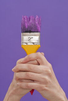 Hands holding paint brush, close-up - KJF00075