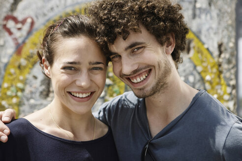 Germany, Berlin, Young couple standing in front of wall with graffiti, portrait, close-up - VVF00048