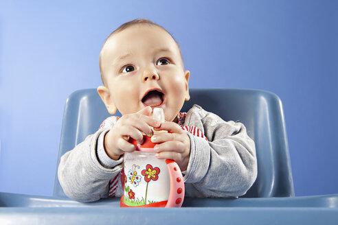 Baby boy (6-11 months) holding baby bottle - SSF00005
