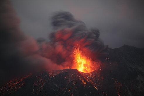 Japan, Kagoshima, Sakurajima volcano erupting - RMF00429