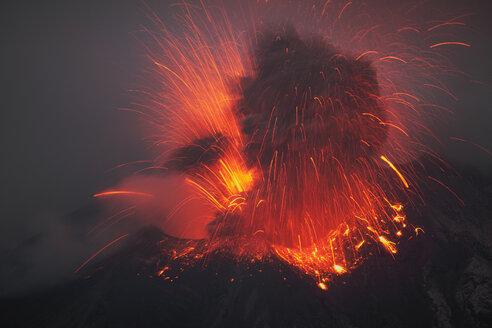 Japan, Kagoshima, Sakurajima volance erupting - RMF00423
