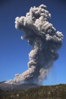 Japan, Kagoshima, Sakurajima volcano erupting - RMF00420