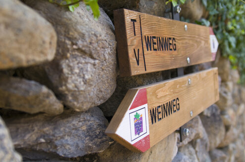 Italy, South Tyrol, Text Weinweg on wood with arrow sign, close up - SMF00598