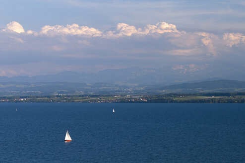 Germany, Lake Constance, Boat sailing in lake - SMF00589