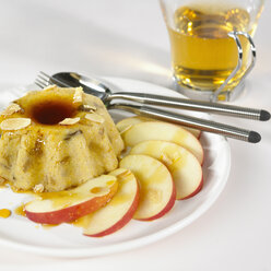 Almond pastry and apple slices on plate, close-up - SRSF00049