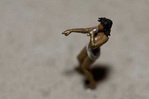 Figurine of female singer - AWDF00529
