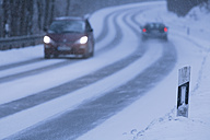 Germany, Bavaria, Schaeftlarn, cars on country road in winter - TCF001351