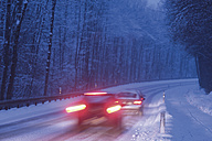 Germany, Bavaria, Schaeftlarn, cars on country road in winter - TCF001354