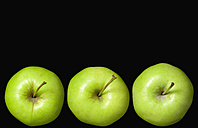 Green apples on black background - PSF000592