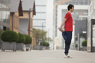 Germany, Cologne, Young man doing exercise - SKF000360