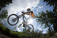 France, Porte du Soleil, Savoien, Mountainbiker doing stunt - FFF001116
