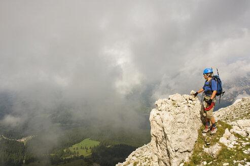 Italy, Dolomites, Mountain hiker at Rosengarten mountains - RNF000545