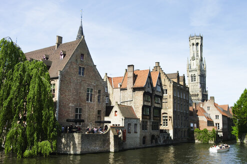 Belgium, Bruges, West Flanders, Rozenhoedkaai, View of canal with tourist in boat - MUF000946