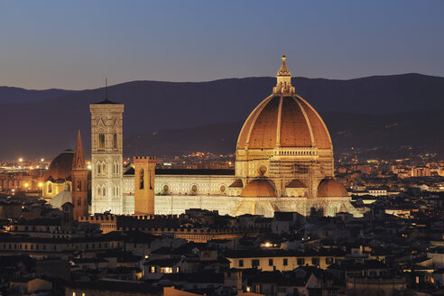 Italy, Tuscany, Florence, Palazzo Vecchio, View of Santa Maria del Fiore the dome of Florence at dusk - RUEF000554