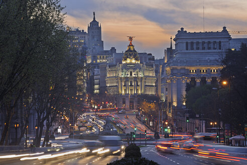 Madrid, View of Calle de Alcala and Plaza de Cibeles, Edificio Metropolis blurred traffic at dusk - RUEF000588
