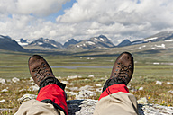 Sweden, Lapland, Hikers resting with parte ranges in background - SHF000515