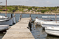 Spain, Balears, Menorca, View of boats moored by jetty - UMF000337
