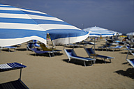 Itlay, Adria, Rimini, Sunshades and chairs on beach - TCF001395
