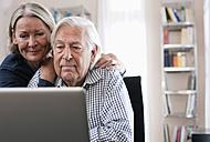 Germany, Wakendorf, Senior couple using laptop - WESTF016243
