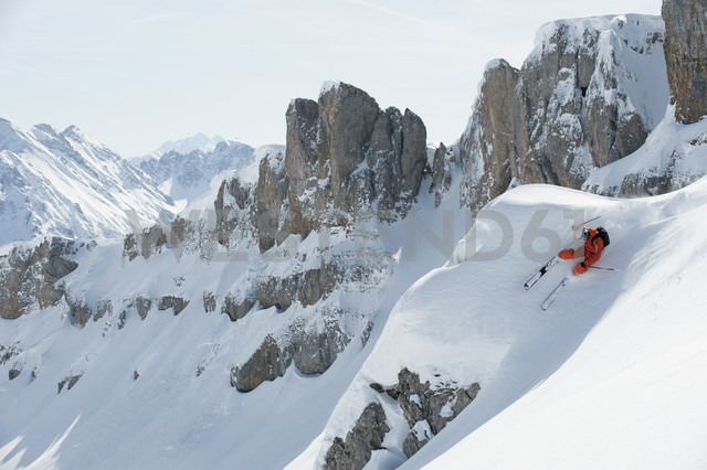 Austria, Kleinwalsertal, Man skiing, elevated view - MRF001270