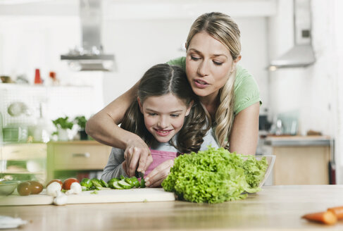 Germany, Cologne, Mother and daughter preparing salad - WESTF016297