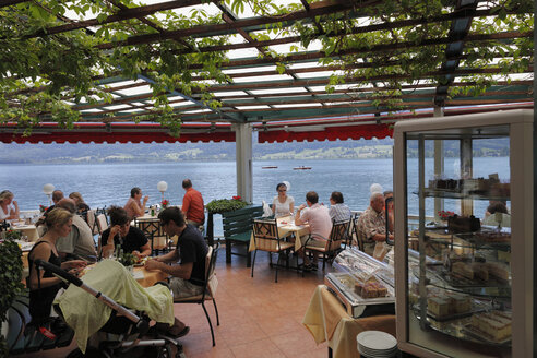 Austria, Upper Austria, Salzkammergut, People in hotel and lake in background - SIE000601