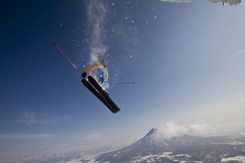 Japan, Hokkaido, Niseko, Man skiing - FFF001145