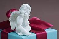 Putto on gift box tied with red ribbon - ASF004323