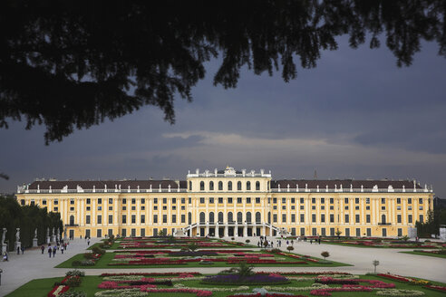 Austria, Vienna, Tourist at Schoenbrunn palace - PS000568