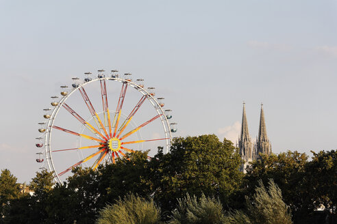 Germany, Bavaria, Upper Palatinate, Regensburg, View of ferris wheel with cathedral - SIEF001027