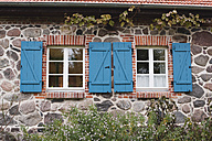 Germany, Kratzeburg, Closed window of country house - WESTF016584