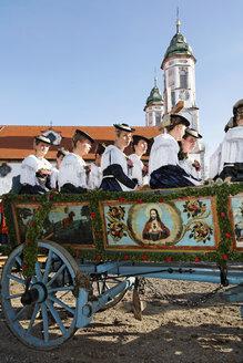 Germany, Upper Bavaria, Bad Tölz, Women sitting in horsedrawn at Leonhardi parade - SIE001154