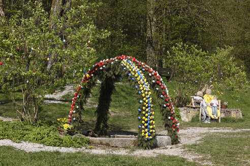 Germany, Bavaria, Franconia, Franconian Switzerland, Wiesenttal, Trainmeusel, Osterbrunnen, View of easter well decoration with easter bunnies - SIEF001464