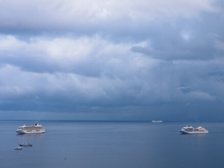 Southern Italy, Amalfi Coast, Piano di Sorrento, View of cloudy sky with cruiseliners in sea - LFF000284