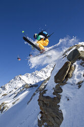 Austria, Tyrol, Pitztal, Mature man doing freestyle skiing - FFF001161
