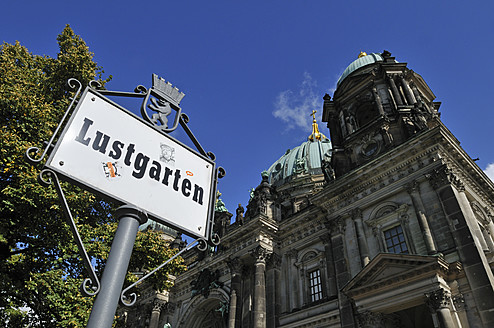 Europe, Germany, Berlin, View of Berlin Dom with Lustgarten place sign - ES000027