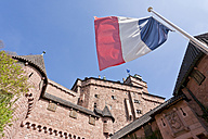 France, Alsace, Selestat, View of Haut-Koenigsbourg castle with French flag in foregound - WDF000905