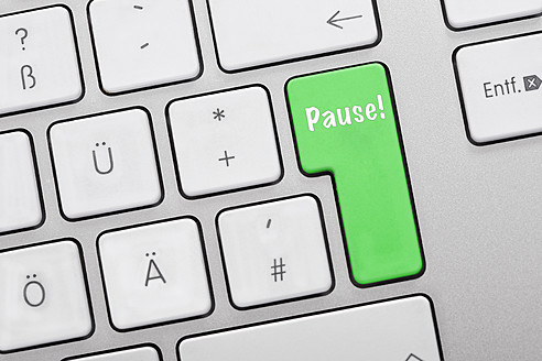 Illustration of keyboard having green key with pause sign, close up - TSF000299