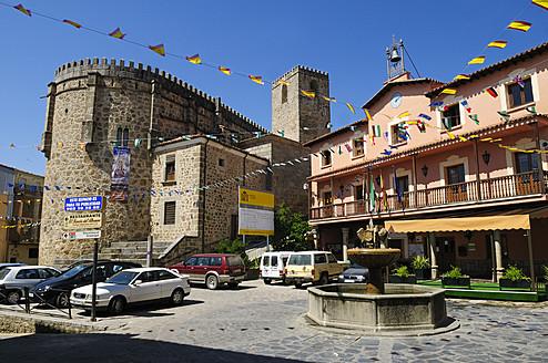 Europe, Spain, Extremadura, Sierra de Gredos, Jarandilla de la Vera, View of Plaza Mayor at city square - ES000035