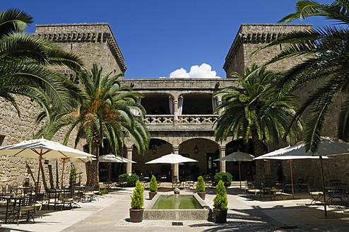 Europe, Spain, Extremadura, Sierra de Gredos, Jarandilla de la Vera, View of parador hotel - ES000037