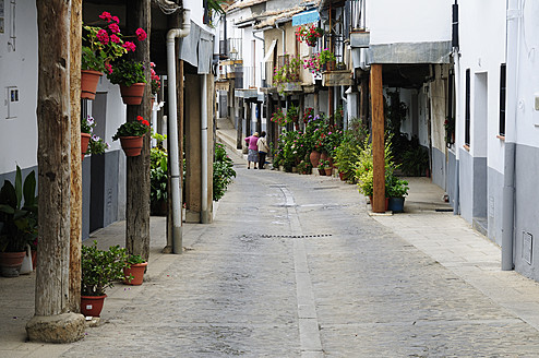 Europe, Spain, Extremadura, Guadalupe, View of narrow lane in old town - ES000087