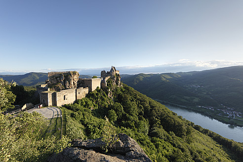Austria, Lower Austria, Wachau, View of Aggstein castle and Danube river - SIEF001659