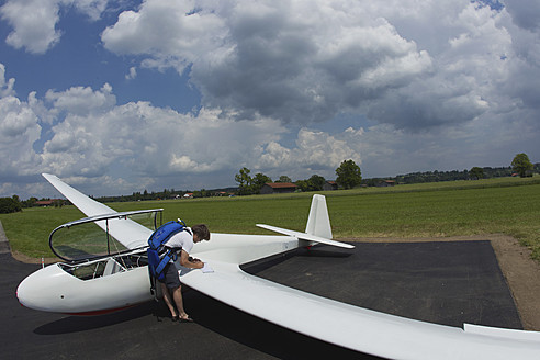 Germany, Bavaria, Bad Toelz, Mature man preparing glider - FFF001226