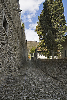 Italy, Como, Empty old narrow stone street - HKF000448