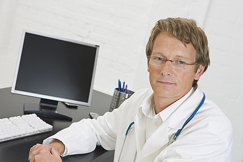 Germany, Doctor in clinic, smiling, portrait - HKF000464